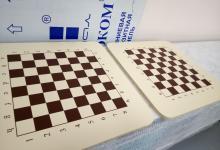 шахматная доска на дереве